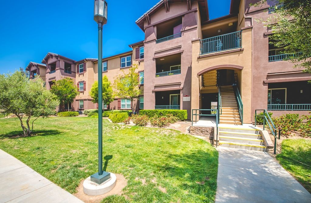 951 692 4286 1 3 Bedroom 1 2 Bath Ridgeview Apartment Homes 25335 Allessandro Blvd Moreno Valle House Styles Apartments For Rent Living Environment