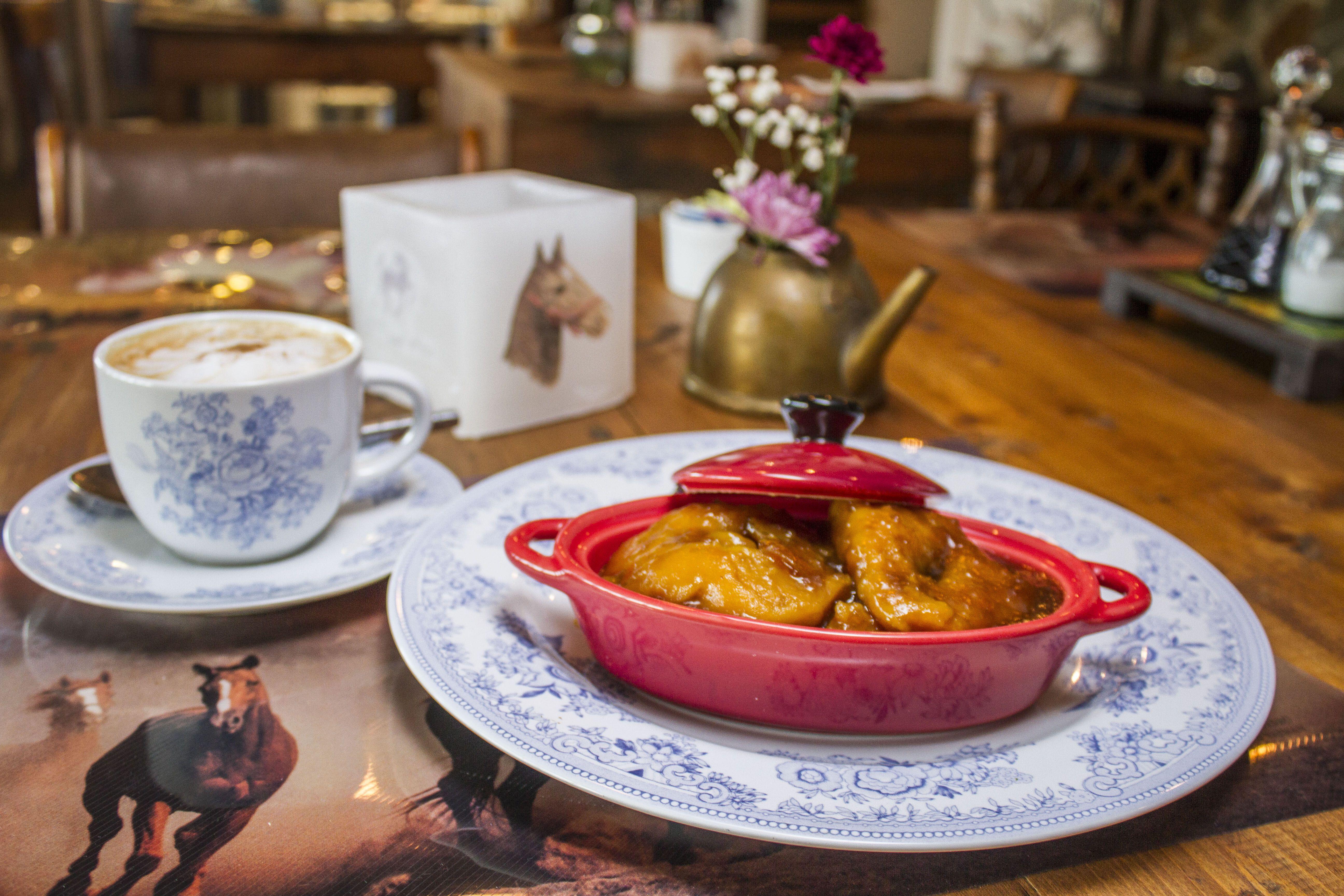 Chocolate caliente y picarones. #restaurante #cafetería #hotelboutique #chile #magallanes #travel #puntaarenas