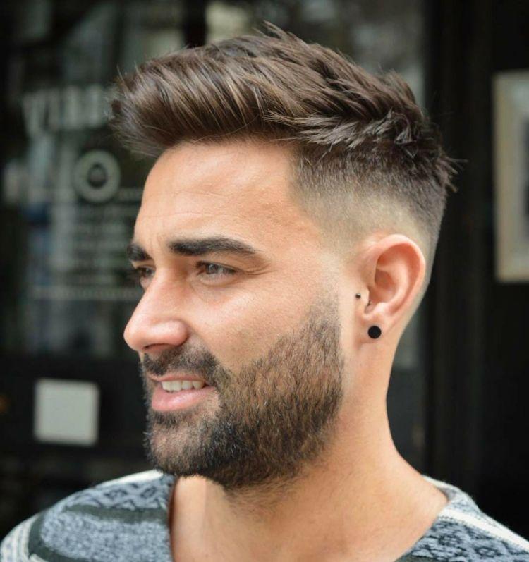 Ansonsten werden die haare auch gerne mittellang und fransig geschnitten. quiff fade trend frisur männer seite getrimmt deckhaar