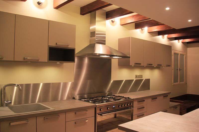 Cuisine rustique et moderne avec son grand bandeau inox - Eclairage plafond avec poutres ...