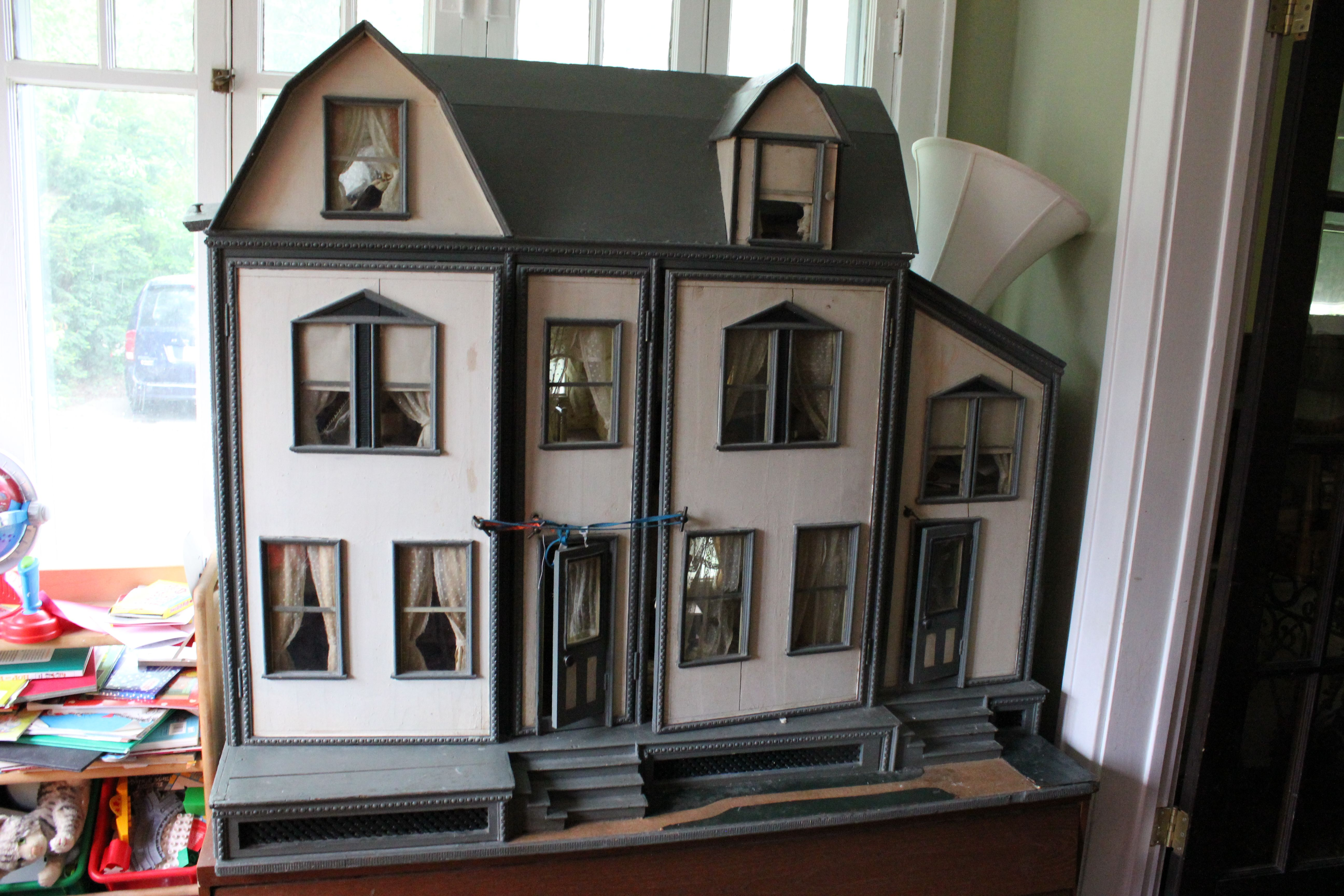 """Dollhouse Exhibition And Toy: Large FAO Schwarz """"Mystery"""" Dollhouse. Formerly Belonged"""