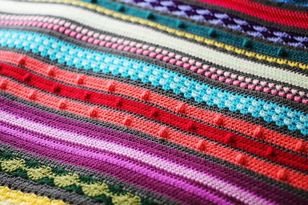 Free crochet pattern: Colourful rainbow sampler blanket   Häkeldecke ...
