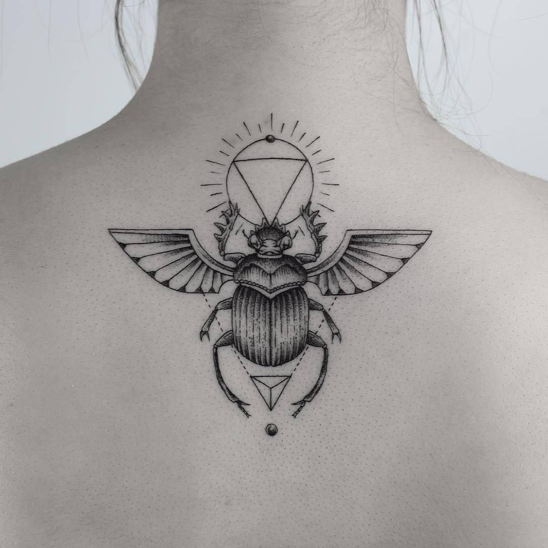 35 Asombrosos Tatuajes Inspirados En La Cultura Egipcia Y Su Significado En Tu Piel Tatuaje De Escarabajo Escarabajo Egipcio Tatuaje Egipcio