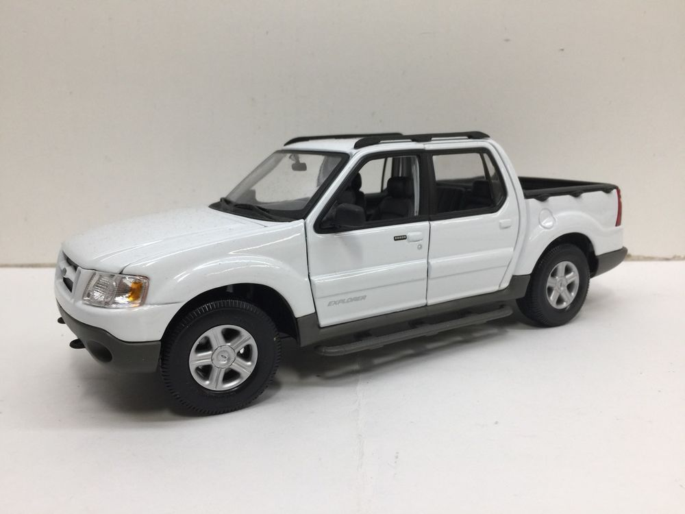 Sport Trac Maisto Ford Explorer Pickup Truck 1 18 White 4 Door