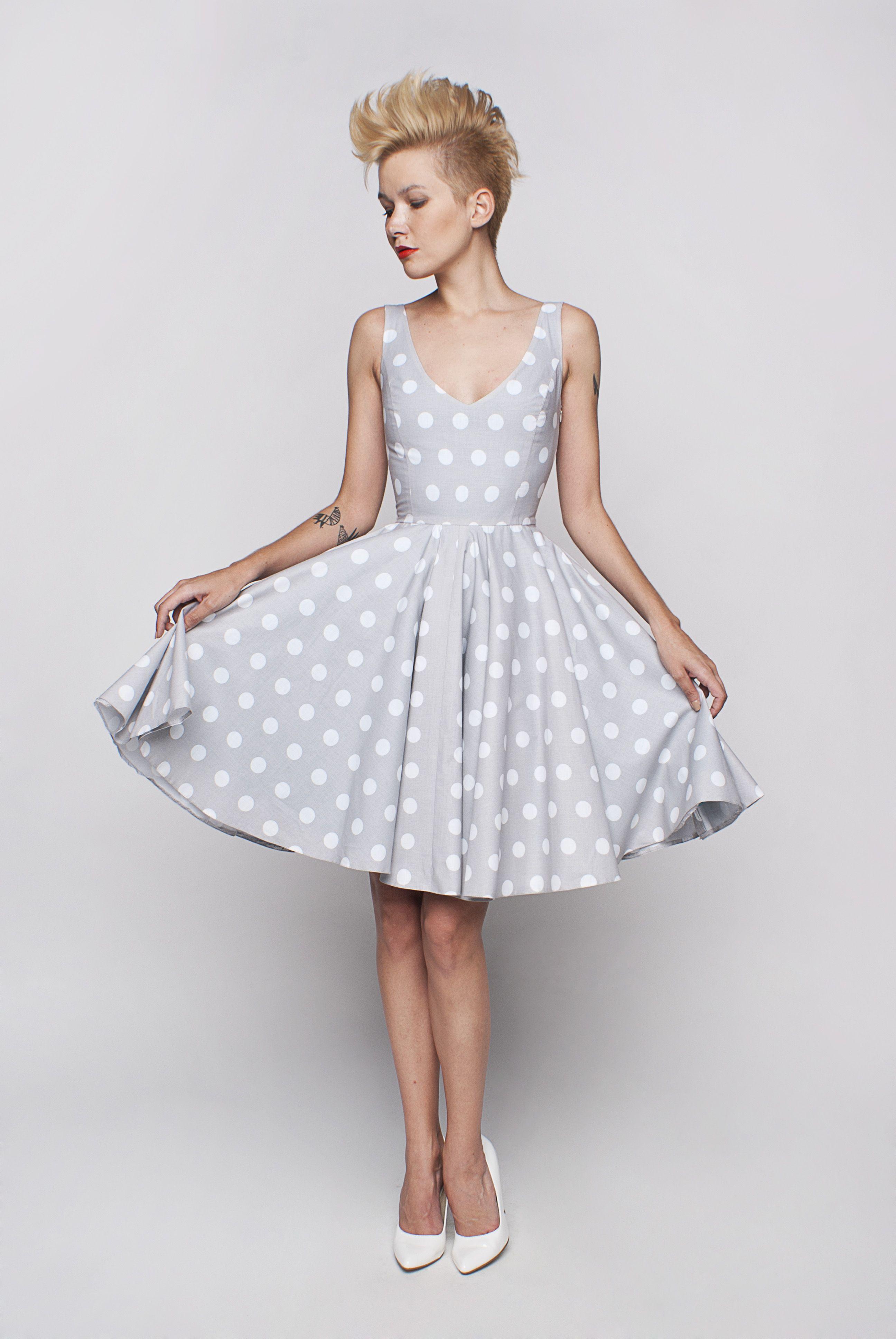 7e1b378d8e Sukienka koktajlowa na ramiączkach. Dopasowana góra z dużymi wycięciami z  tyłu i z przodu