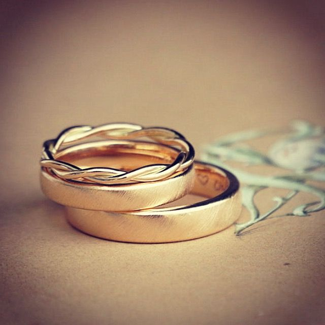 Conjunto vintage con un anillo de cordón de oro rosa.
