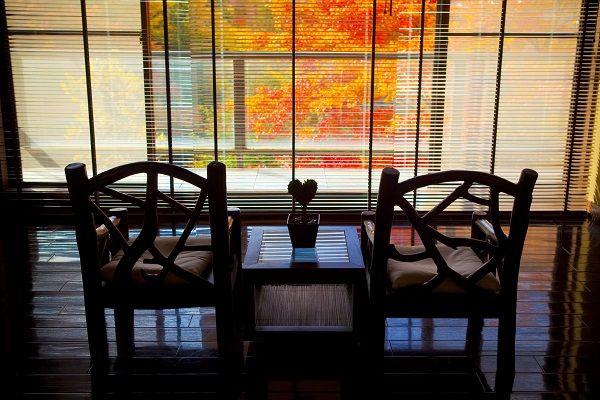 【ラウンジからの蓼科の紅葉】 二人で眺める景色は思い出に残るはず。