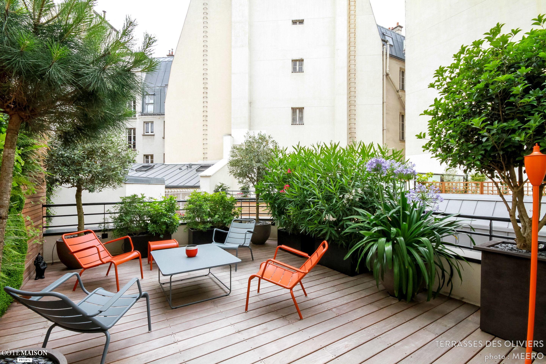 terrasse en bois aux chaises bicolores orange et gris table basse grise verdure apparente. Black Bedroom Furniture Sets. Home Design Ideas