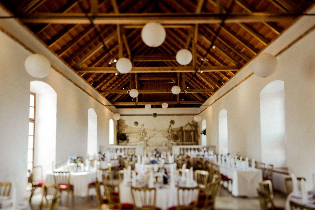 Wiesenhochzeit Auf Schloss Altenhof In Oberosterreich Elena Engels Fotografie In 2020 Hochzeit Elopement Schloss