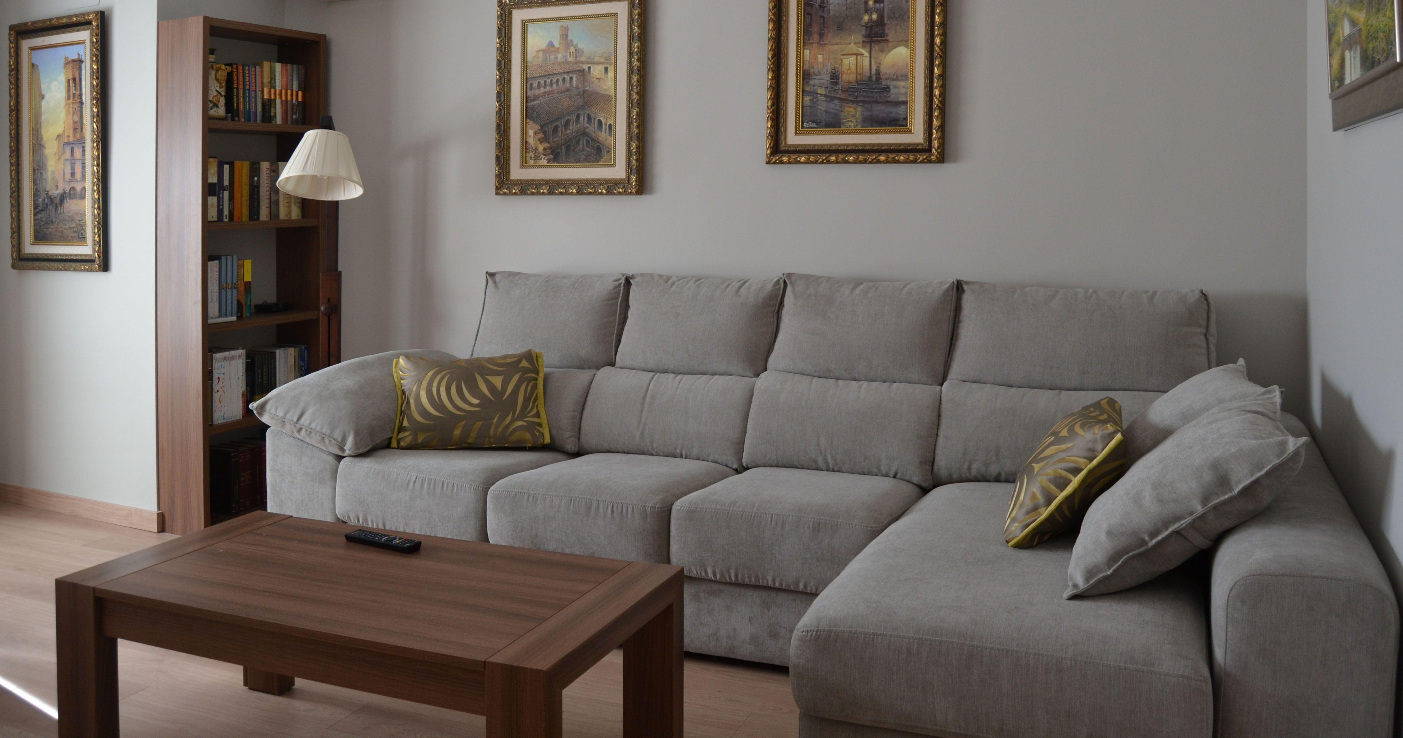 Sof gris con cojines en tonos amarillos villalba - Salon sofa gris ...