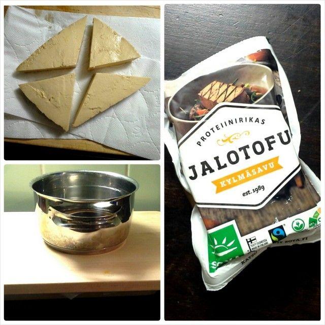 Jalotofu Kylmäsavu on nannaa! Paistamista varten piilotan tofun painon alle toviksi.