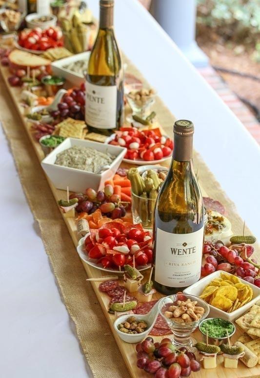Verwenden Sie die Flasche Wein zusammen mit den Snacks. #silvesterdekotisch