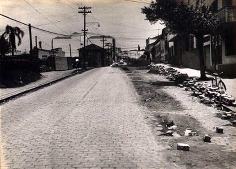 22-11-1958 - Avenida Lins de Vasconcelos, obras do Departamento de Água e Esgotos, vista das proximidades da rua Bartolomeu de Gusmão em direção à rua Vergueiro, no bairro de Vila Mariana.