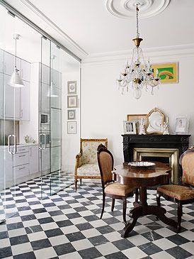 Juego de estilos, Tras las puertas de cristal, la moderna cocina de Maderana se abre a un espectacular office presidido por una mesa Napoleón III y sillas isabelinas, bajo una araña años 20.