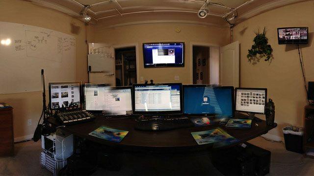 9c26c36fd7 仕事場探訪:要塞のように部屋のド真ん中にデスクを置く | 家 | デスク ...
