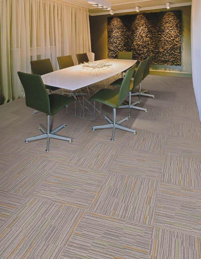 Grüne Stühle In Besprechungszimmer Großer Tisch Günstiger Bodenbelag