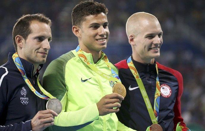 Thiago Braz, Renaud Lavillenie e Sam Kendricks durante cerimônia de entrega de…