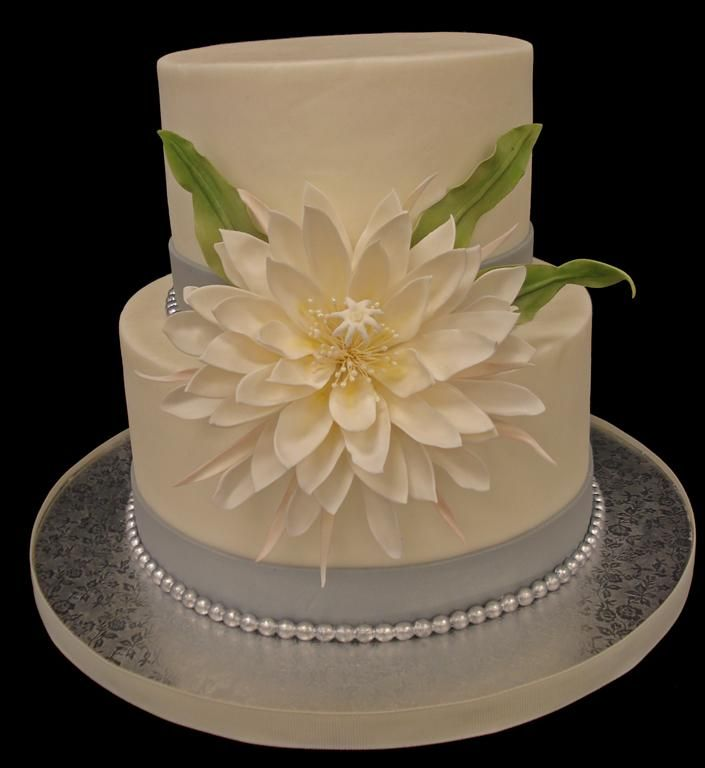 Round Wedding Cakes - Cestrum nocturnum (Dama de Noche) in all it's sugar glory. Cake is buttercream, flower is gumpaste.