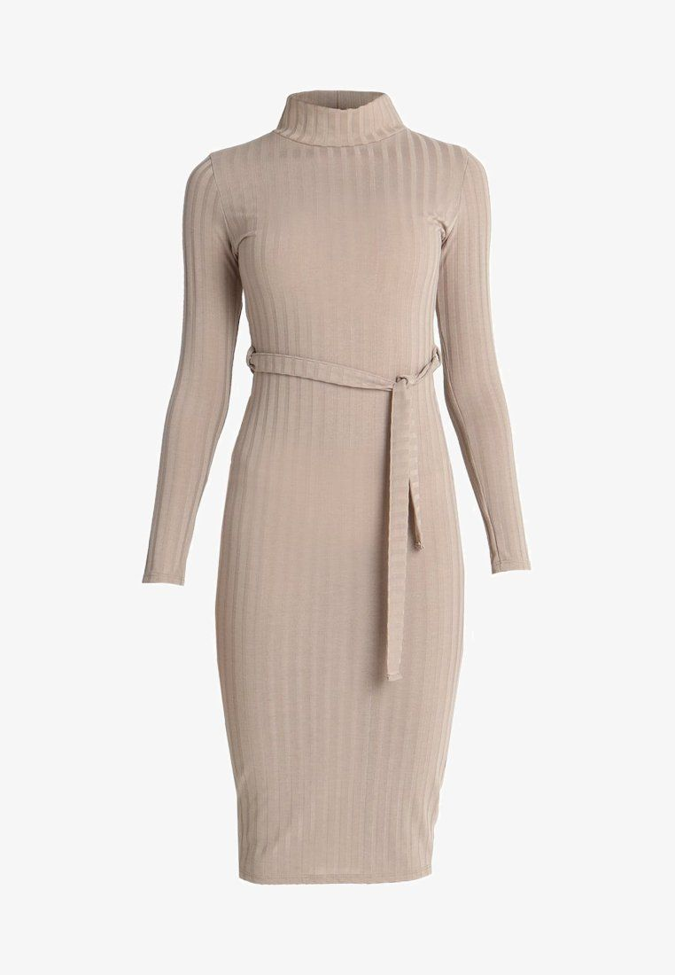 BELTED FITTED TURTLE NECK DRESS Abito in maglia tan