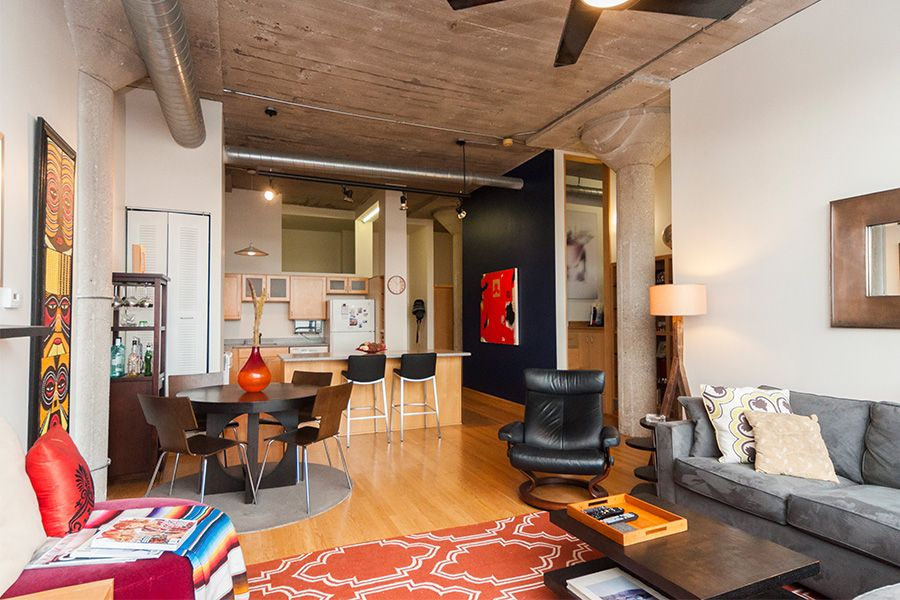 2 Bedroom Den Loft Apartment In Roscoe Village With An Open Floor Plan Exposed Duct Work A Breakfast Bar And Concrete Columns Domu Chicago Apartments