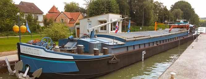 fiche de ce bateau fluvial peniches en vente pinterest p niches bateaux et annonce. Black Bedroom Furniture Sets. Home Design Ideas