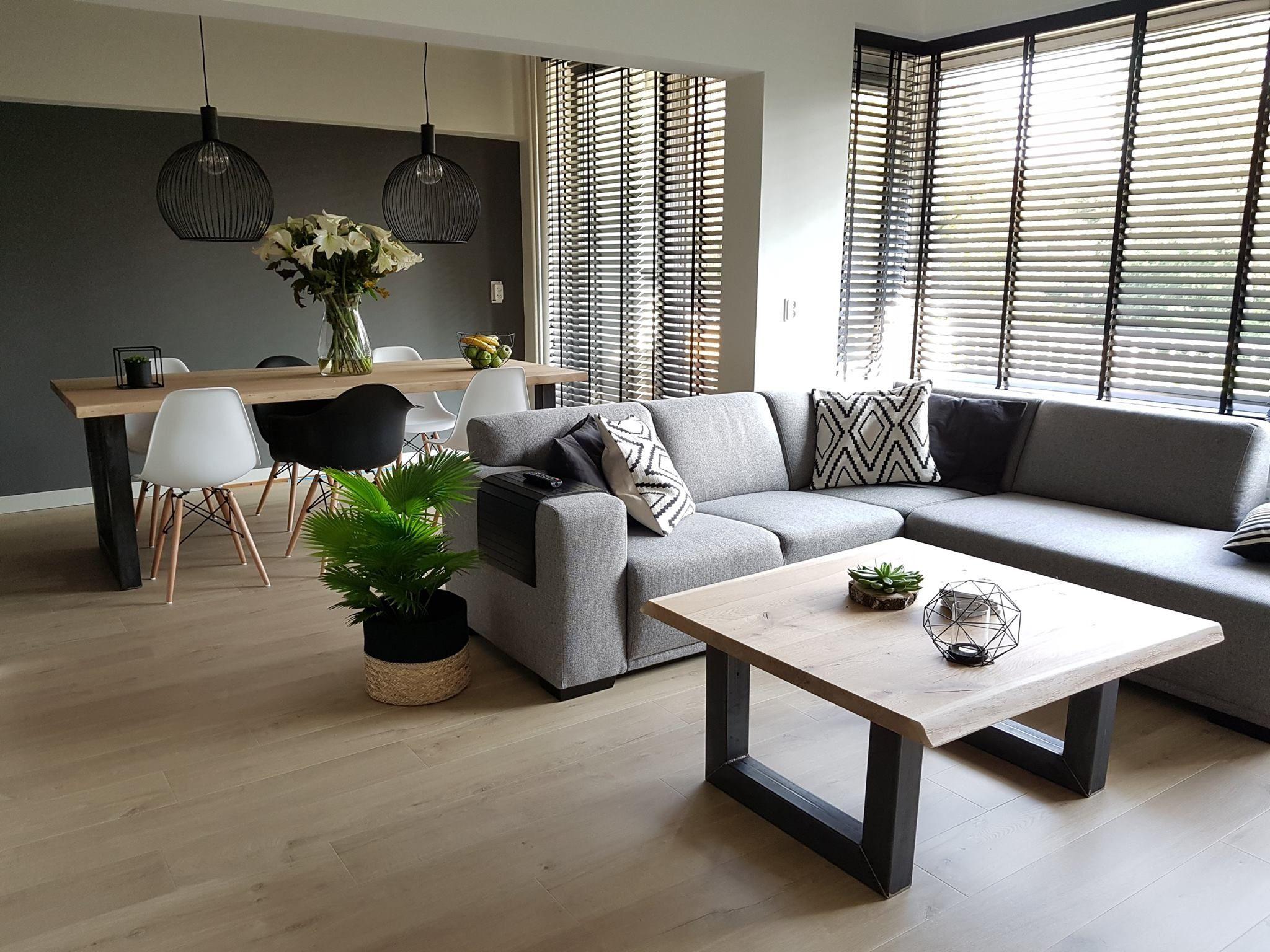 Woonkamer met zithoek lichte vloer grijze bank donkere Grijze woonkamer