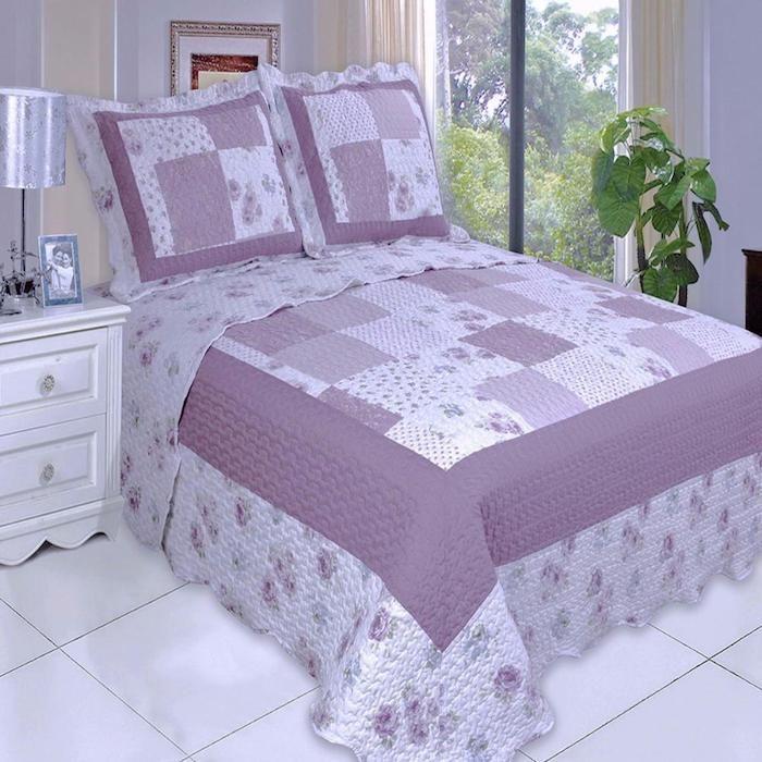 Quilt nähen in lila Farbe im Schlafzimmer von einem Paar und mit