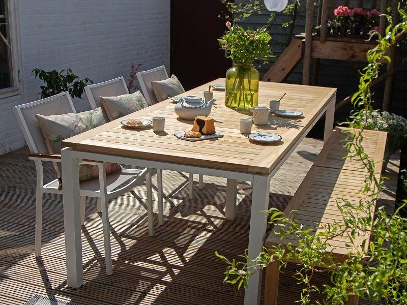 Die Kombination Aus Holz Rattan Und Aluminium Sorgt Fur Einen Spielerischen Effekt Die Holzterrasse Ver Gartentisch Mit Stuhlen Gartenmobel Sets Gartenmobel