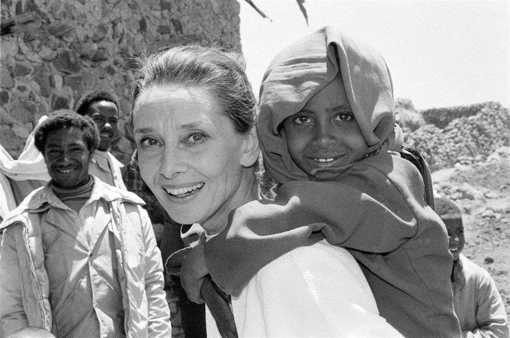 """AUDREY HEPBURN """"Sé perfectamente lo que el UNICEF puede significar para los niños, porque yo estuve entre los que recibieron alimentos y ayuda médica de emergencia al final de la Segunda Guerra Mundial"""", afirmó en 1989. """"Tengo una enorme gratitud hacia el UNICEF y una confianza sin límites en lo que realiza"""", dijo. - See more at: http://culturacolectiva.com/25- frases-que-demuestran-por-que-audrey-hepburn-es-un-ejemplo-a-seguir/#sthash.7CSnwXAy.dpuf NYHQ1988-0091"""