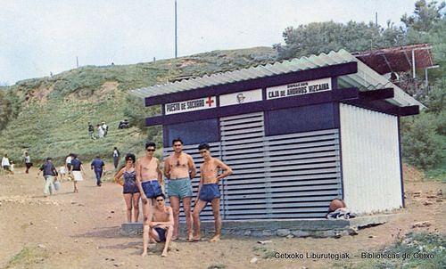 """Puesto de socorro de la playa de Arrigunaga, hacia 1970 (Del libro """"Caja de Ahorros Vizcaína. 1921-1971. 50 años al servicio de Vizcaya) (ref. 07025)"""