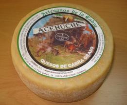 Guiber    Queso de Cabra Graso 650 Gr. *   Producido con leche cruda de cabra. Es un queso de pasta compactada, corteza natural ligeramente rugosa, coagulación mixta y sabor medio intenso. El ya conocido y famoso Queso de Acehúche, es catalogado por los paladares más exigentes como el queso más exquisito del mundo.