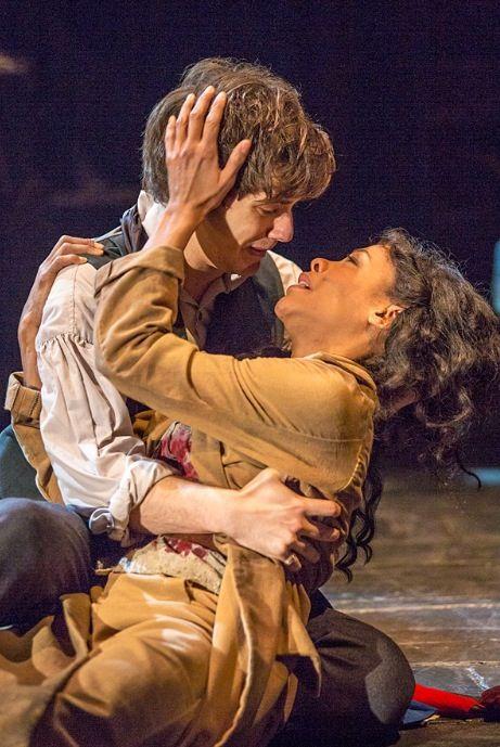 Caroline cette image est de un homme qui tient une femme - Amour entre femme et homme dans le lit ...