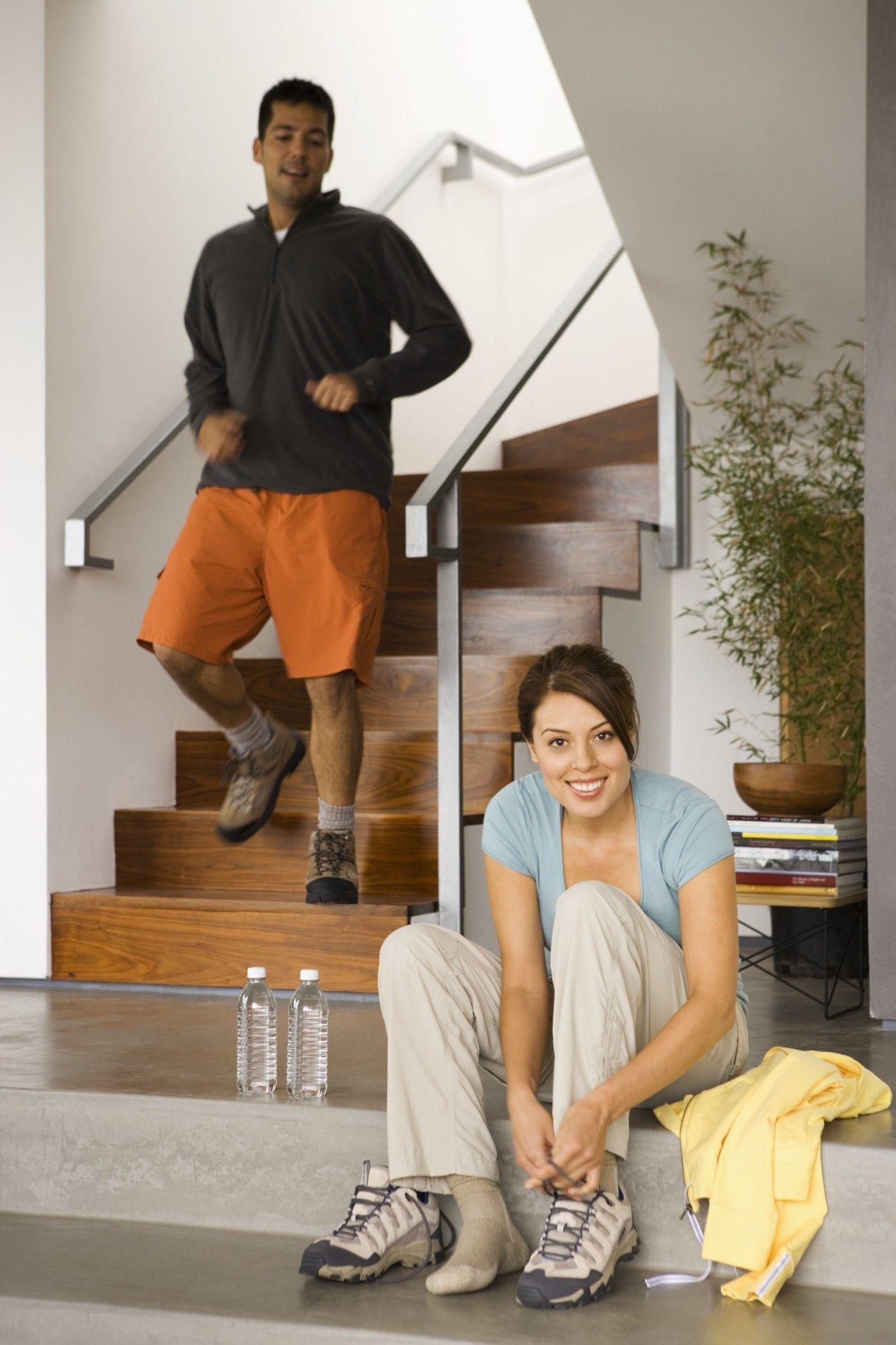 Moderne Holztreppe mit passenden Stufen und Steckkarten, komplett ...