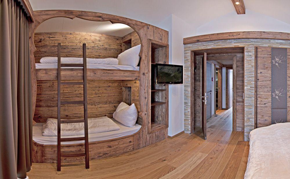 Schlafzimmer mit Doppelstockbett und Altholz Altholz