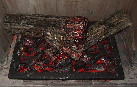 legna  in cartone dipinto e carbone in fommy