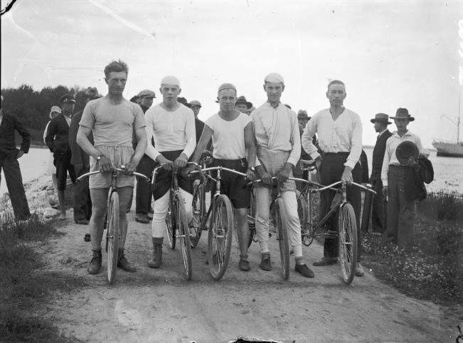 Pyöräilijöitä 1920-luvulla. Kuva on Turun Sanomien arkistosta.