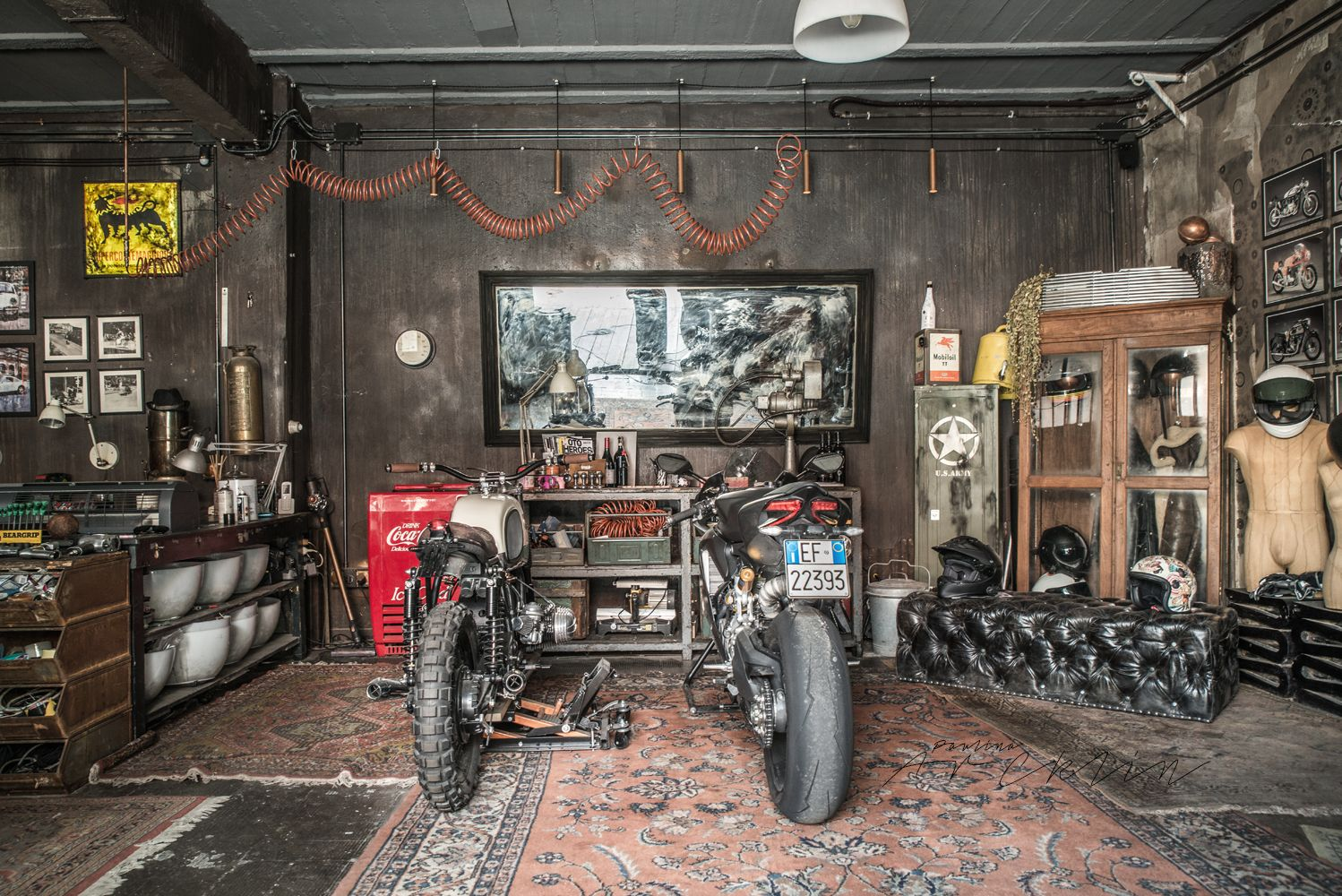 Motorbikes on the living room or like living room on the for Garajes de ensueno