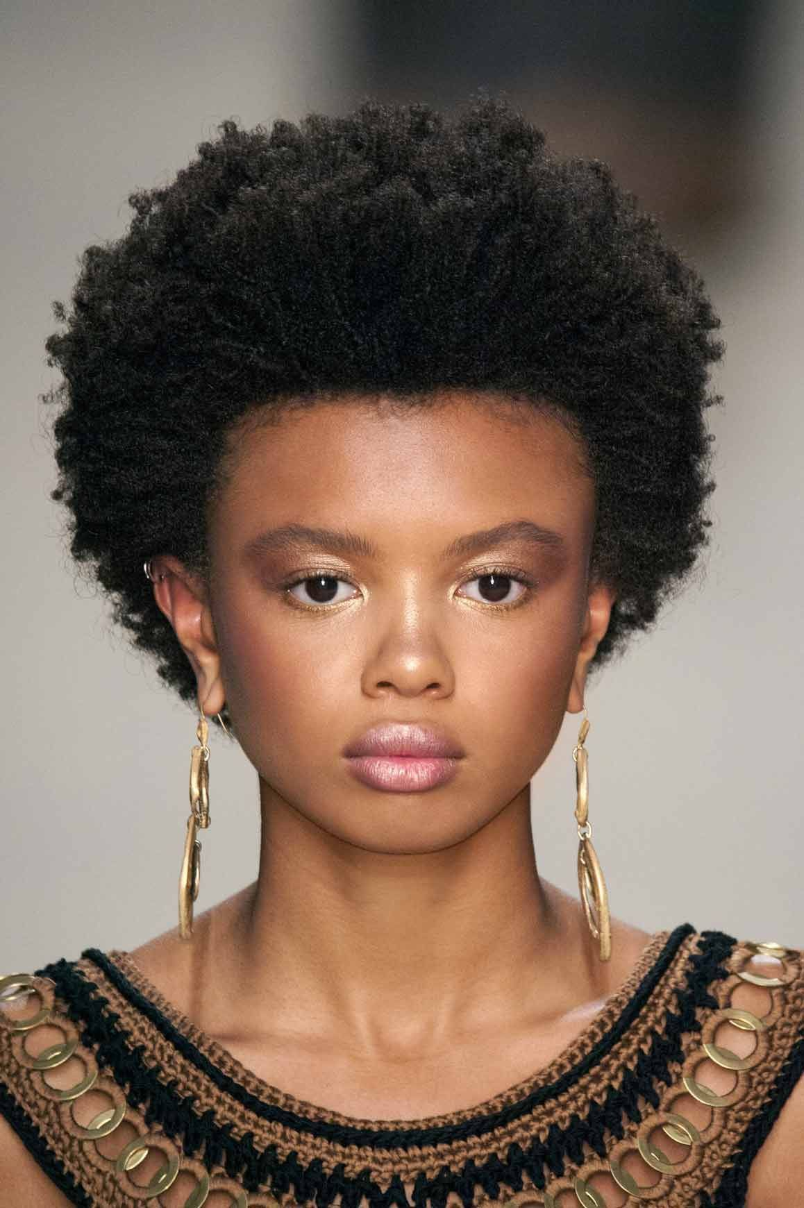 Une Coupe Afro Boule Coupe Afro Afro Idees De Coiffures