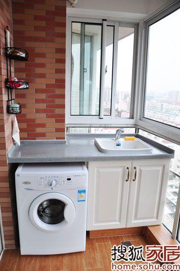 因为将洗手间分为干湿区,设计了一个收纳柜,所以无法给洗衣机预留空位,只好将其挪至阳台,顺便做了一个水槽,安装了收纳架,一个简易却实用的洗衣间做成了!洗完衣服直接晾在阳台上,提高了使用方便度。