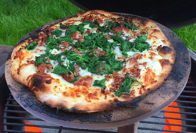cooking a pizza using a big green egg big green egghead. Black Bedroom Furniture Sets. Home Design Ideas