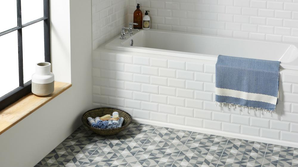 Comment bien choisir le carrelage de sa salle de bain - Enlever calcaire carrelage salle de bain ...