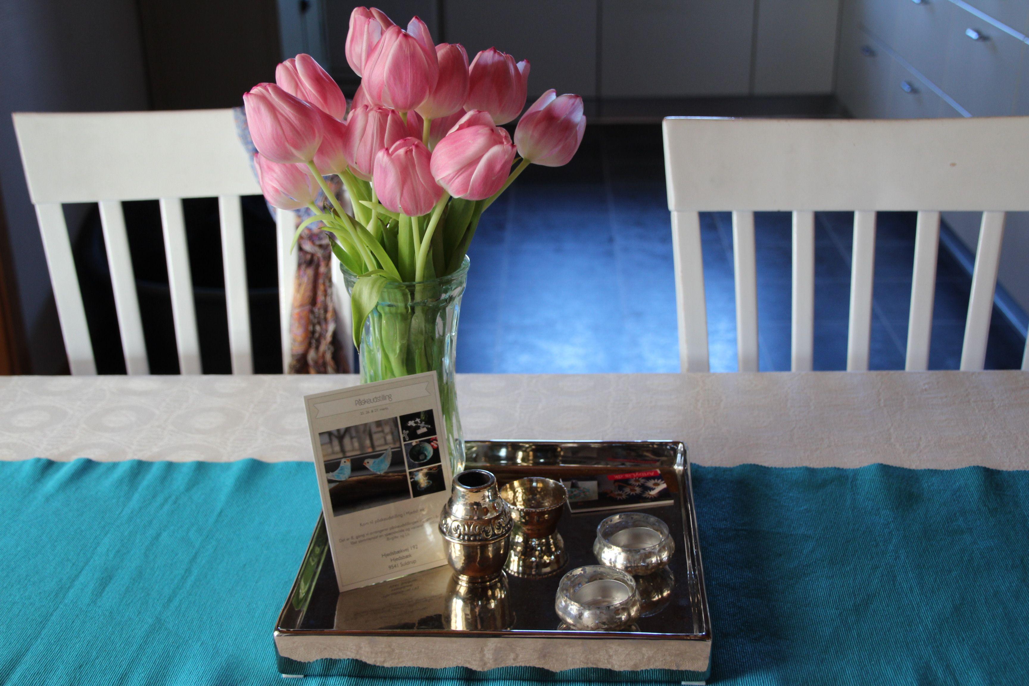 Lyserøde tulipaner i mit køkken :)  Påskeudstillingen nærmer sig og vi glæder os...