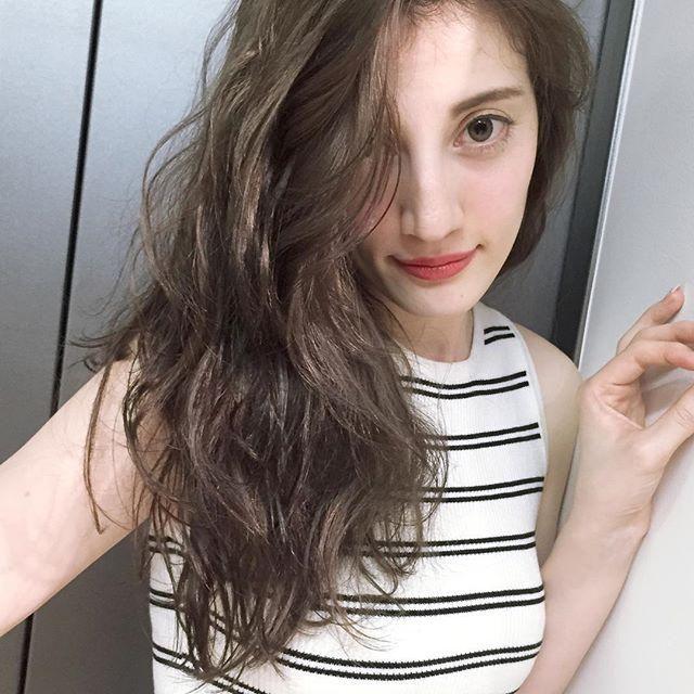 人気色はアッシュのグラデーション サロンでオーダー殺到中 Femit Magazine オトナ女子に贈る美容情報 ヘアスタイリング 栗色の髪 パンクヘア