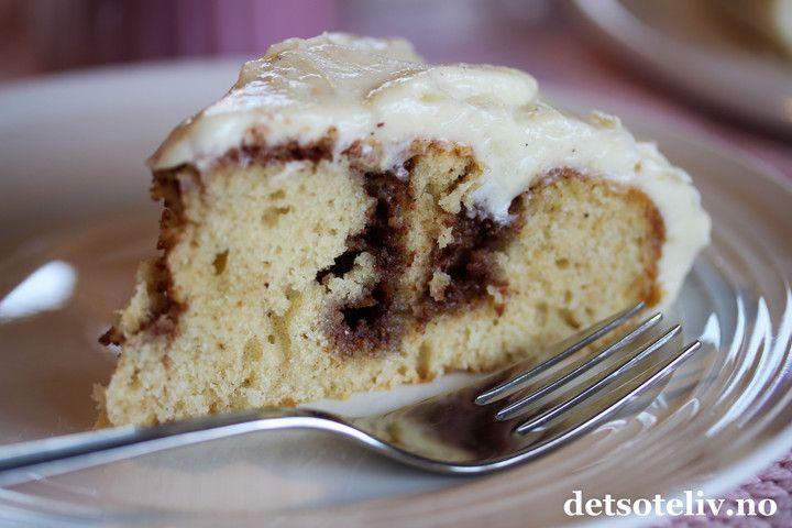 Sponset innlegg. Mmmm.... denne kaken skal jeg kose meg med i kveld! Kaken er kjempelettvint å lage siden deigen bare skal røres raskt sammen, og den smaker nydelig av vanilje og kanel. Jeg bruker vaniljepulver og ekte kanel fra Mill & Mortar for ekstra god smak. På toppen av kaken deilig ostekrem med vanilje.