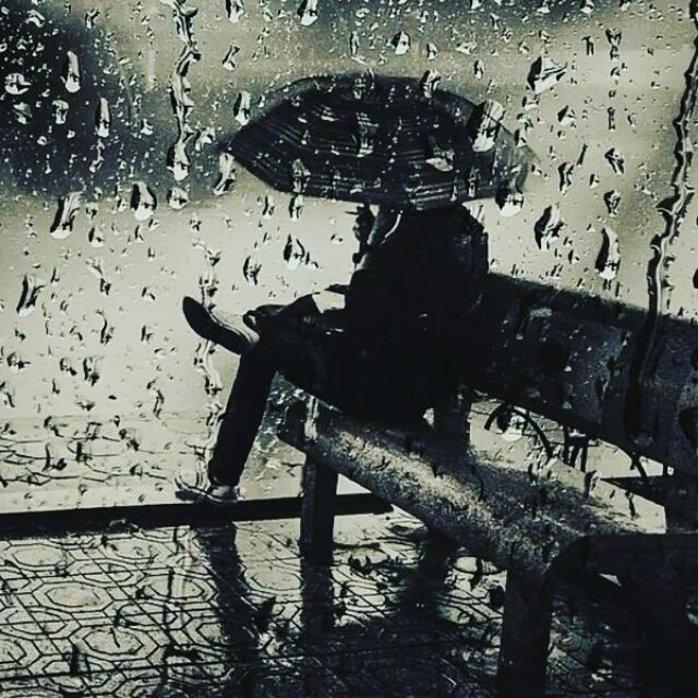 aku dan hujan adalah sepasang mata yang meneteskanmu puisi