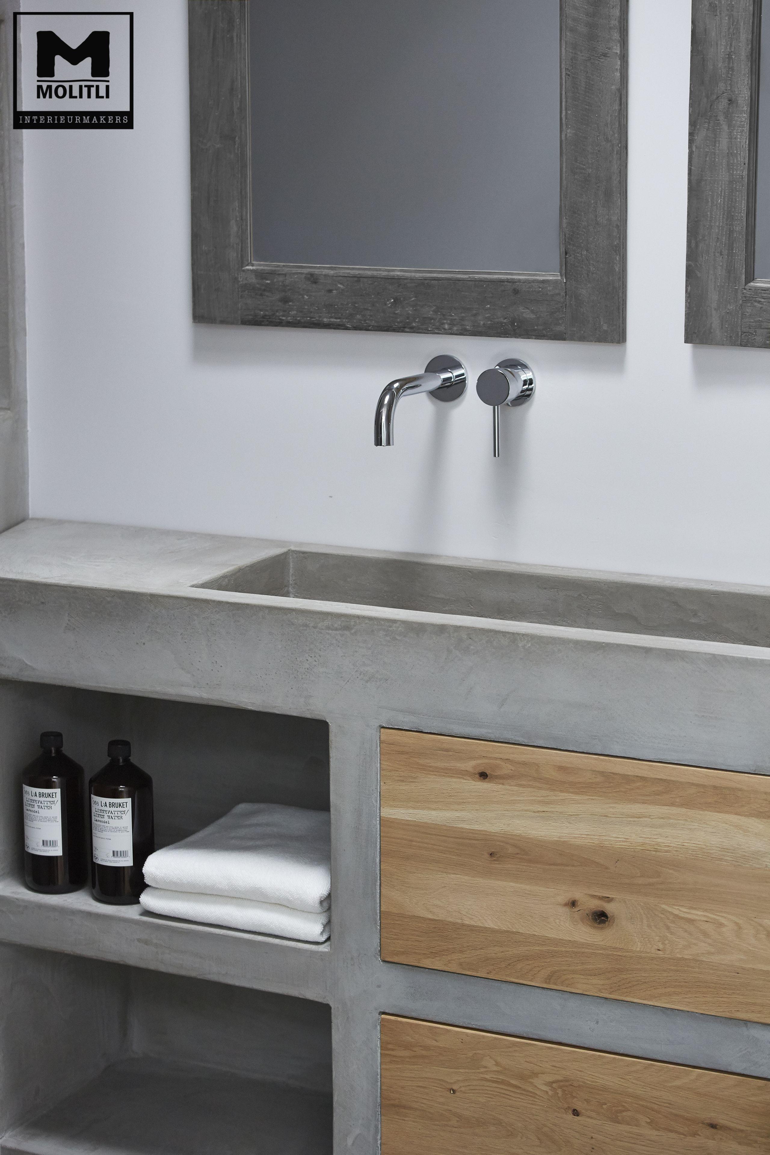 door ons gemaakte betonlook badkamer met betonstuc en hout