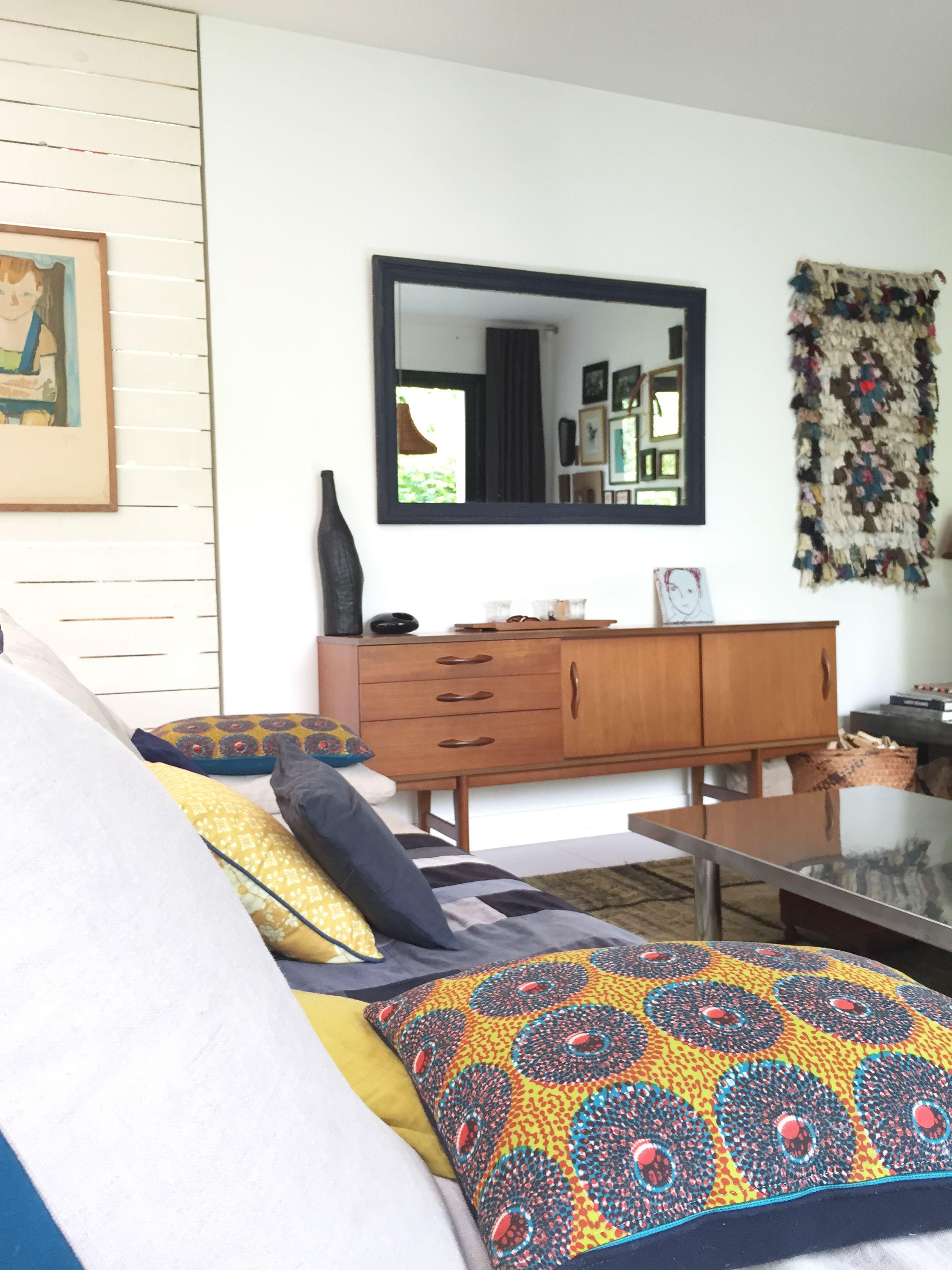 Brocante En Ligne Selency living room / scandinave sideboard / colored cushion / black