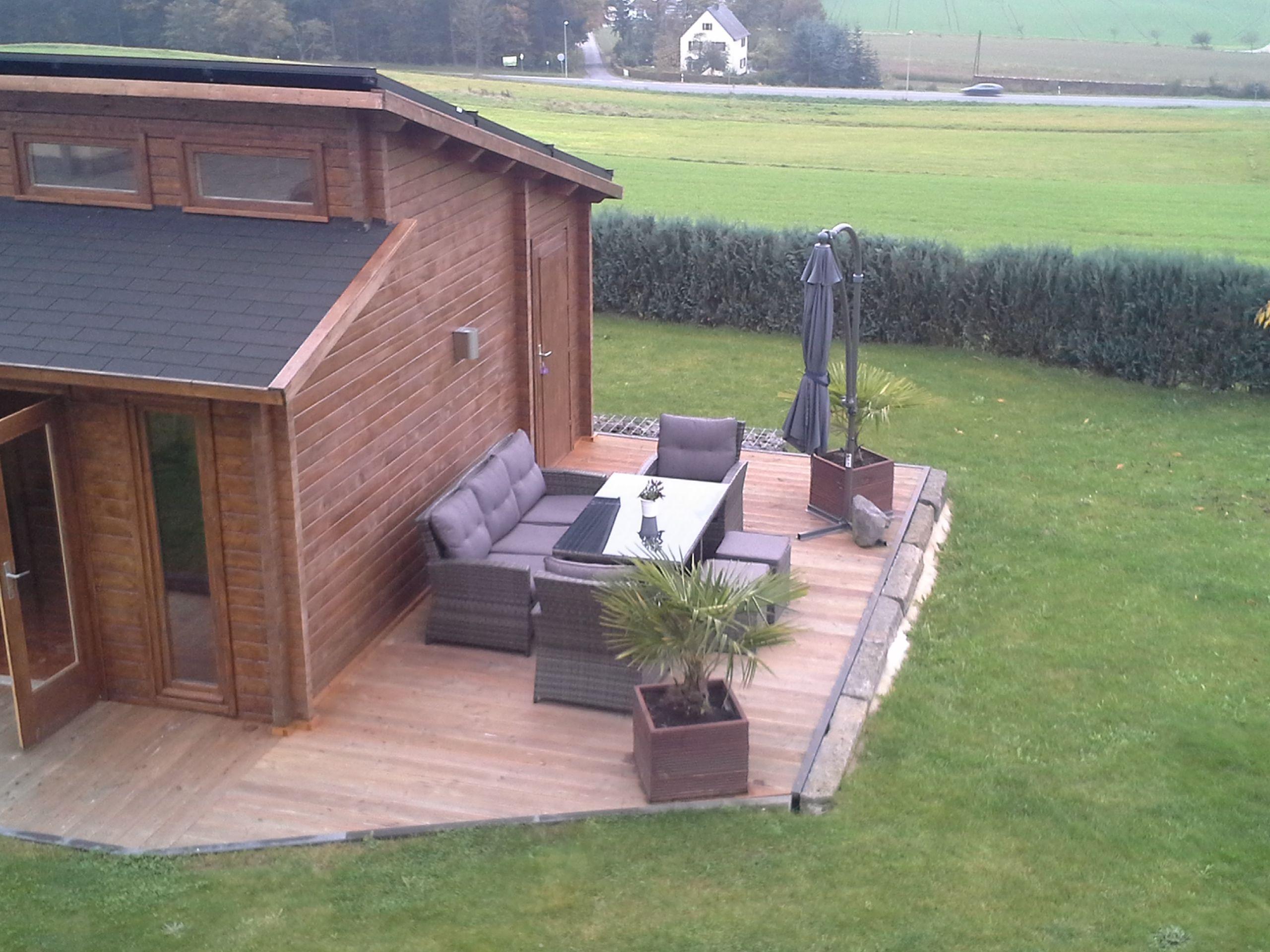 Pultdach Gartenhaus mit moderner Holzterrasse und stylischen Rattan ...