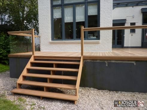 terrasse bois en hauteur avec garde corps et escalier le kiosque am nagement jardin. Black Bedroom Furniture Sets. Home Design Ideas