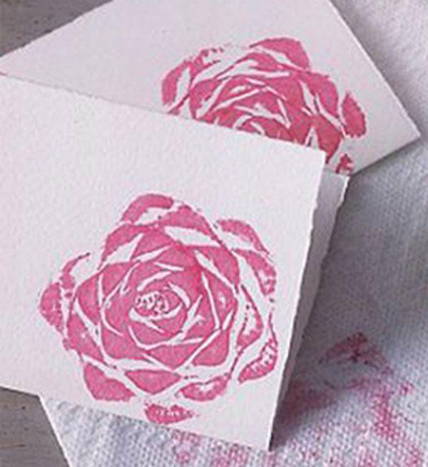 ¿Te gustaría poder estampar bonitas rosas como en la imagen?  Sólo tienes que hacerte con el tampón adecuado. Aquí te mostramos, en dos sencillísimos pasos, cómo hacértelo.  http://bricoblog.eu/estampacion-rosas/
